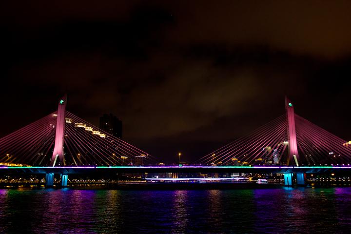 派手なライトアップの橋.jpg